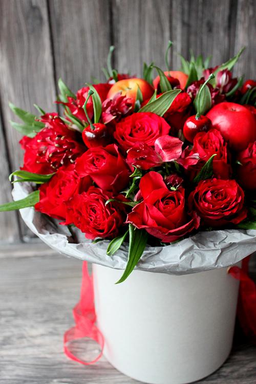 Красные альстромерии и розы в белой шляпной коробке