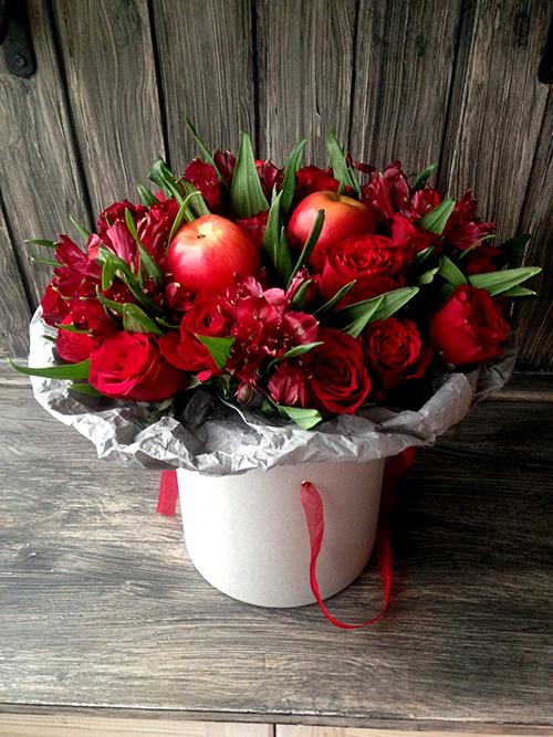 Красные розы и альстромерия в белой коробке