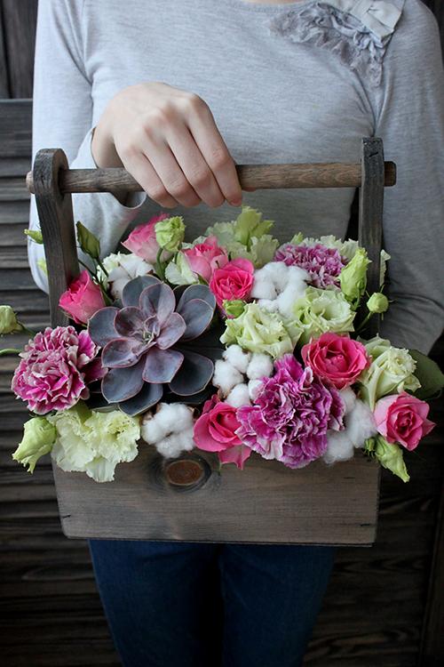 Розовые розы. суккулент и лизиантусы в ящичке