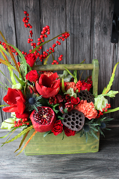 Ящик с розами, гвоздиками и лотосом