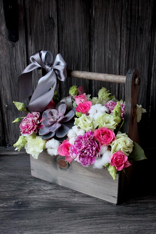 Ящичек с розами, суккулентом и лизиантусами