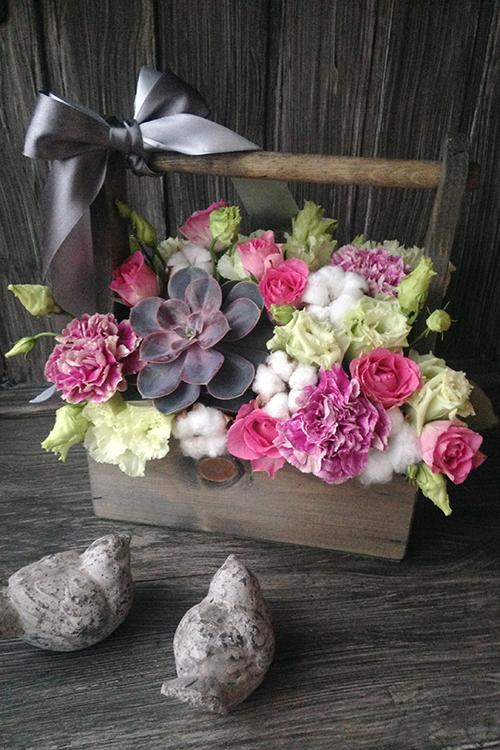 Ящичек с суккулентом, розами и гвоздиками