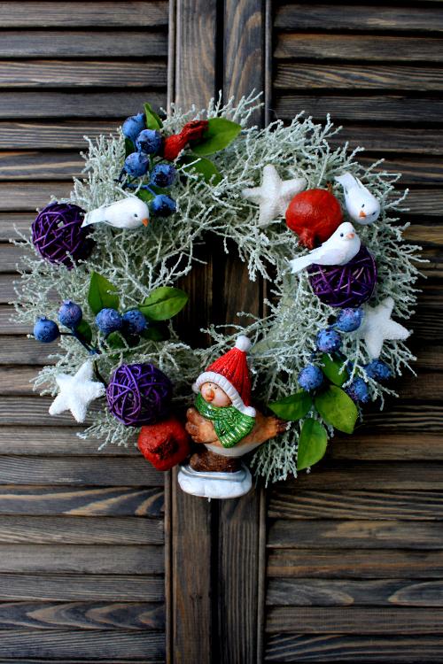 Рождественский веночек с ягодами, птичками и звездами