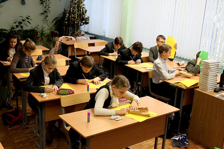 Дети с увлечением занимаются творчеством