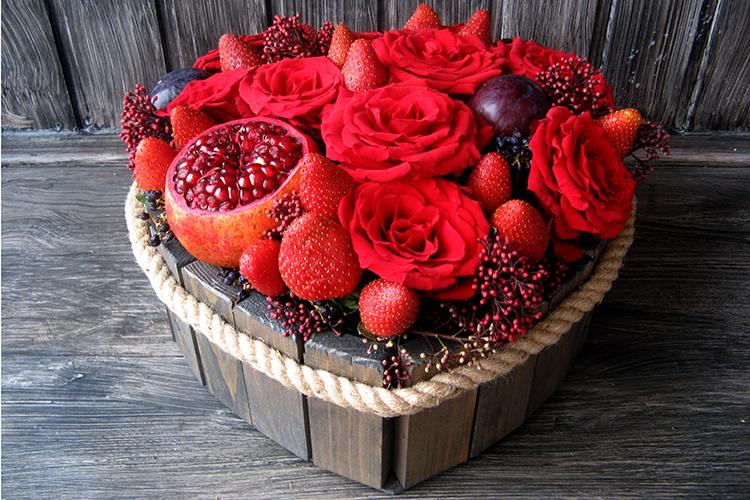 Сердце из роз и клубники в деревянном ящичке.