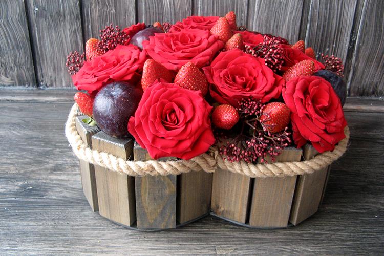 Сердце с красными розами, гранатом и клубникой в ящичке