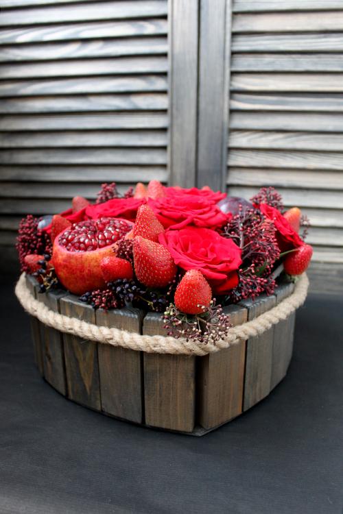 Сердце из красных роз с клубникой, гранатами и сливами