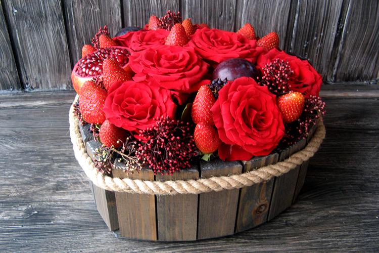 Сердце с розами, клубникой и гранатом в ящичке