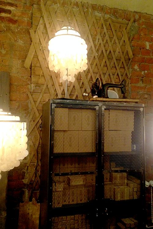 Винтажная швейная машина в интерьере лофт-проекта