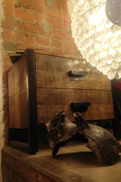 Винтажный предмет декора в интерьере магазина мебели