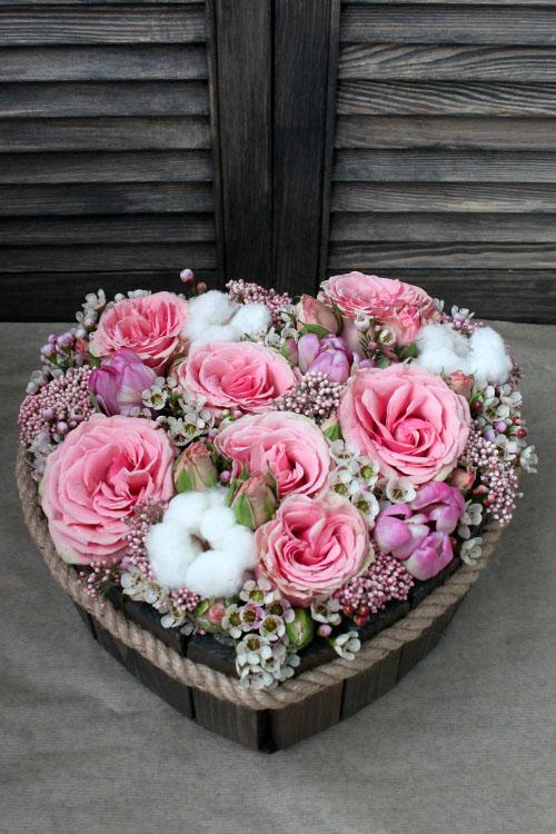 Сердце в деревянном ящичке с розами и ваксфлауэрсом