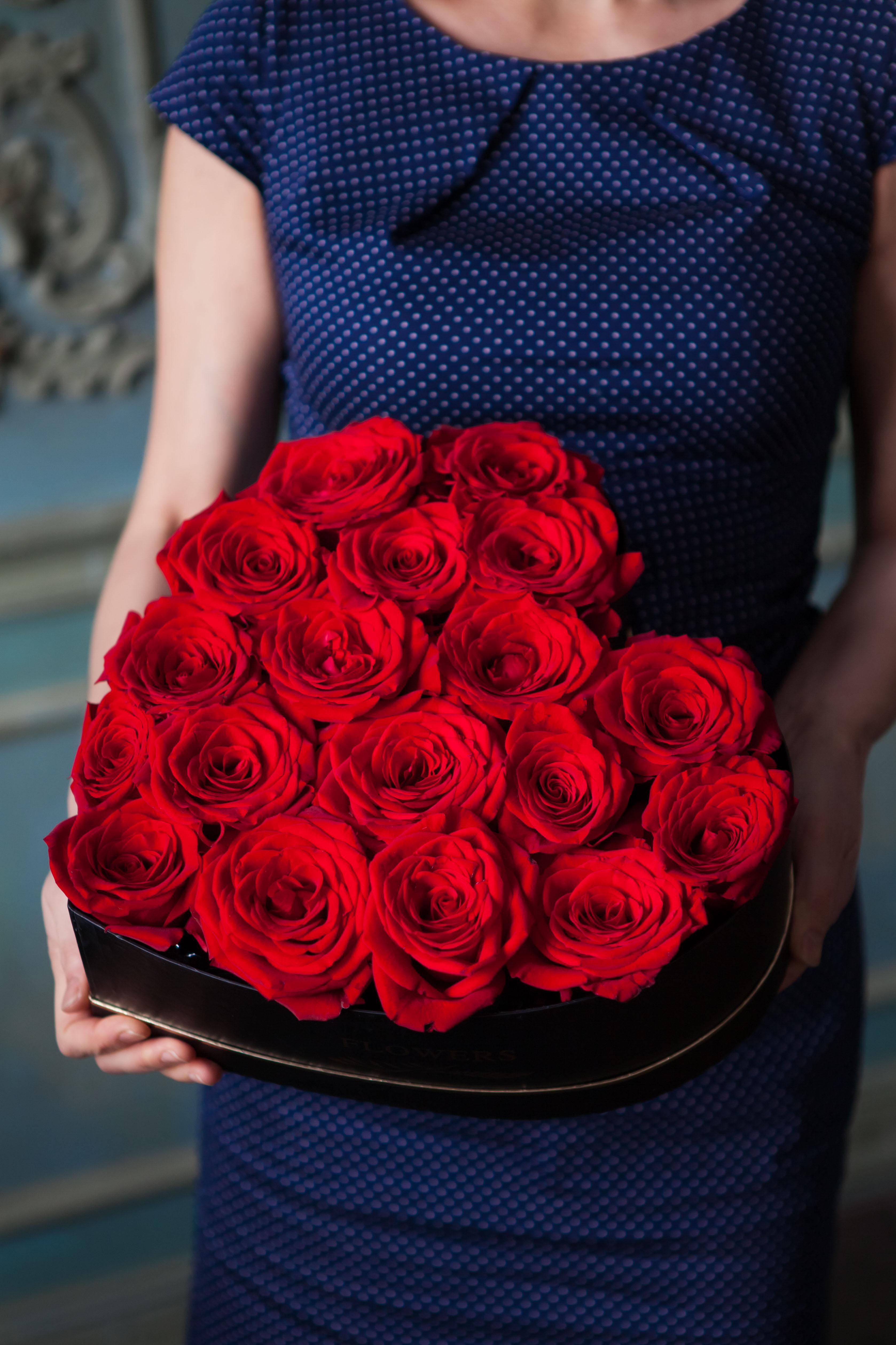 Сердце из красных роз в коробке