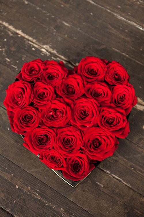 Сердце из красных роз в ящичке