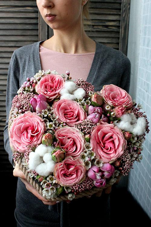 Сердце из розовых роз и ваксфлауэрса в ящичке