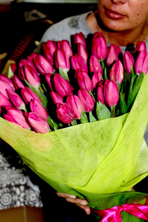 Девушка с малиновыми тюльпанами