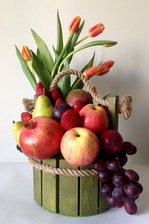 Деревянное ведерко с фруктами и тюльпанами