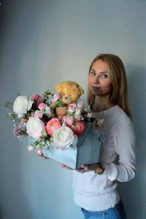 https://jevv.ru/gift/cvety/yashhichek-s-rozami-ranunkulyusami-i-igrushkoj