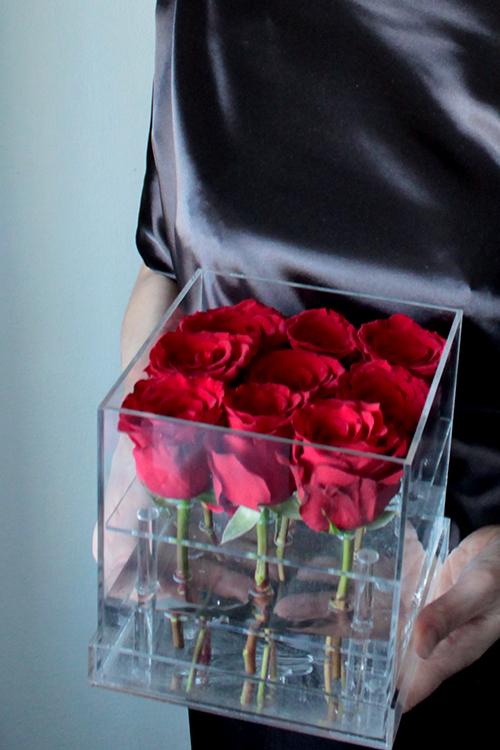 Красные розы в прозрачном боксе