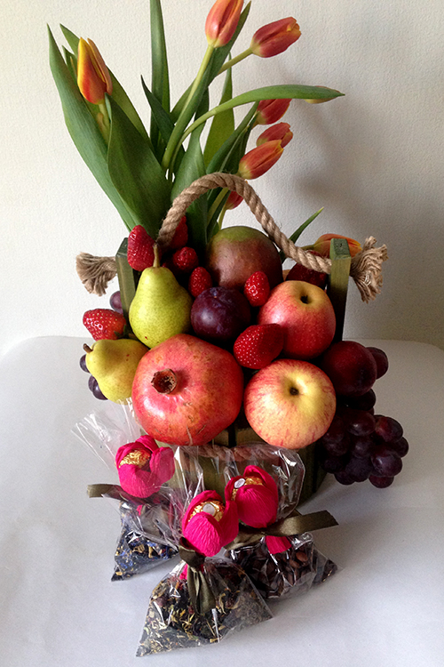 Подарочный набор с фруктами, тюльпанами и чаем.