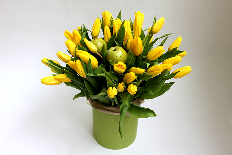 Пятьдесят желтых тюльпанов в коробке