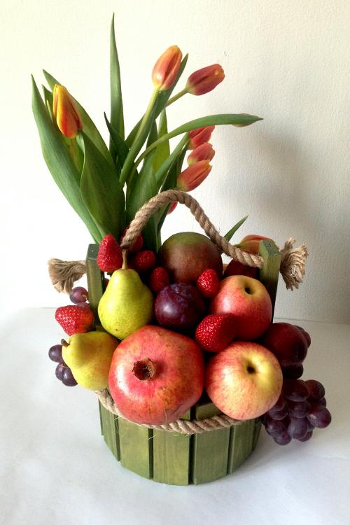 Фрукты и тюльпаны в деревянном ящичке