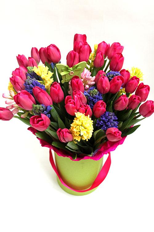 Шляпная коробка с ярко-розовыми тюльпанами и гиацинтами