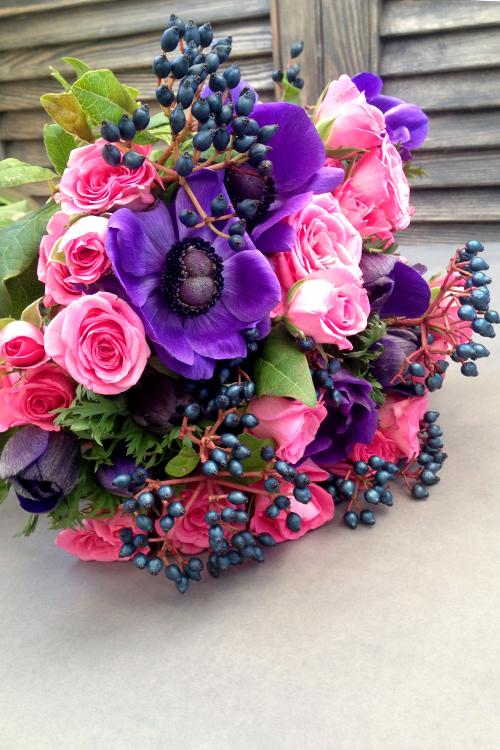 Букет с розовыми розами и синими анемонами