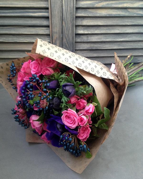 Букет с синими анемонами и кустовыми розовыми розами