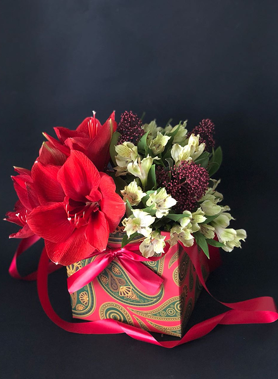 Коробка с красным амариллисом и альстромерией
