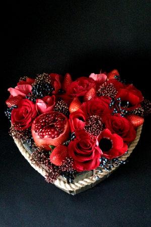 Сердце из роз, анемонов и клубники