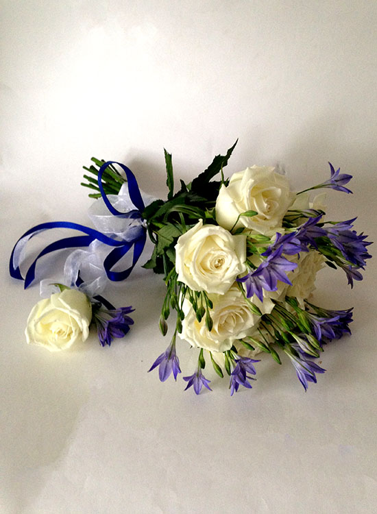 Букет невесты из белых роз и голубых колокольчиков