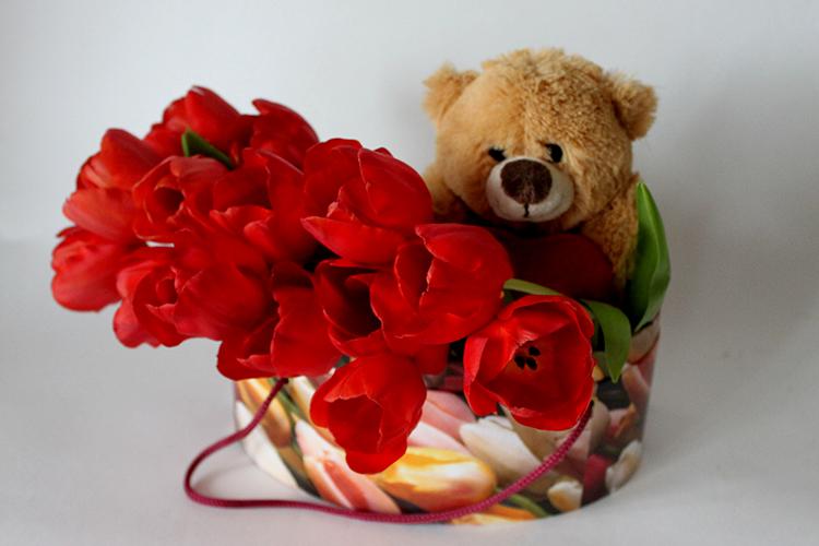 Красные тюльпаны с игрушкой
