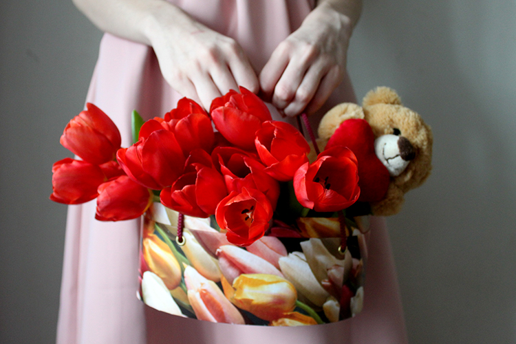 Тюльпаны красного цвета с мишкой в коробке