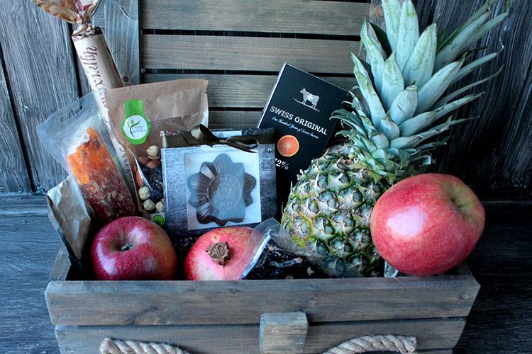 Ящик с фруктами, орехами, пастилой и шоколадом