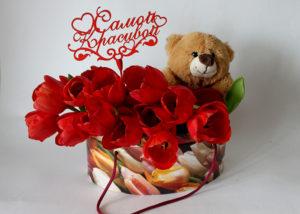 19 красных тюльпанов в коробке с игрушкой