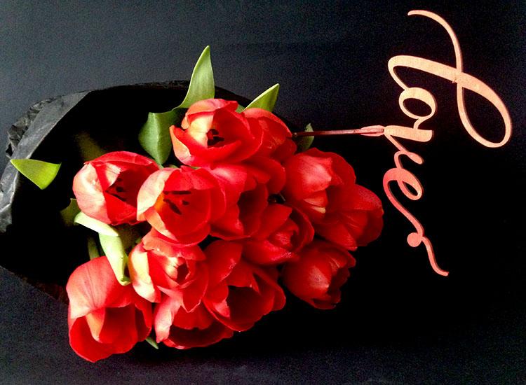19 тюльпанов красных в упаковке черного цвета