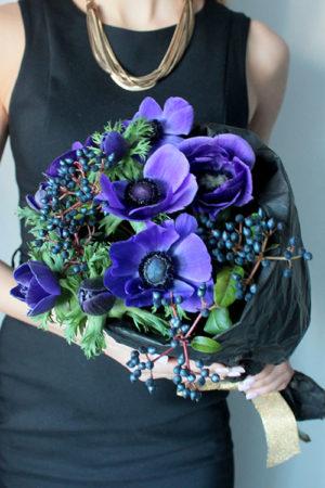 Букет синих анемон с черной калиной