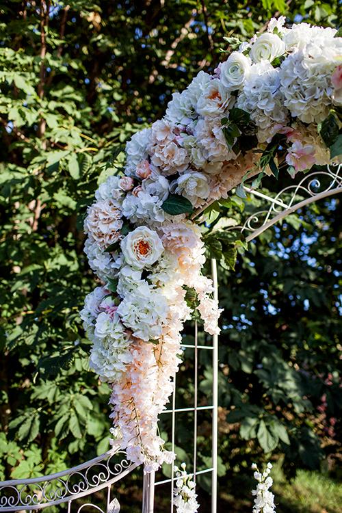 Аренда арки с искусствеными цветами
