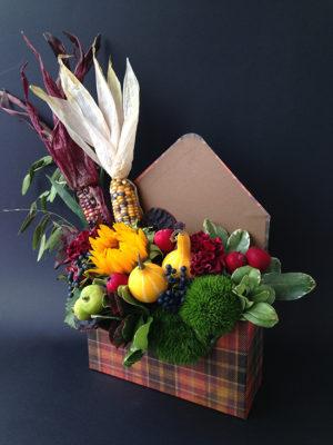 Композиция из цветов и кукурузы в конверте