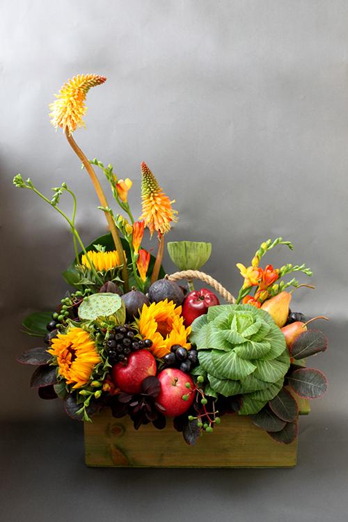 Композиция с подсолнухами, книпхофией, капустой и фруктами