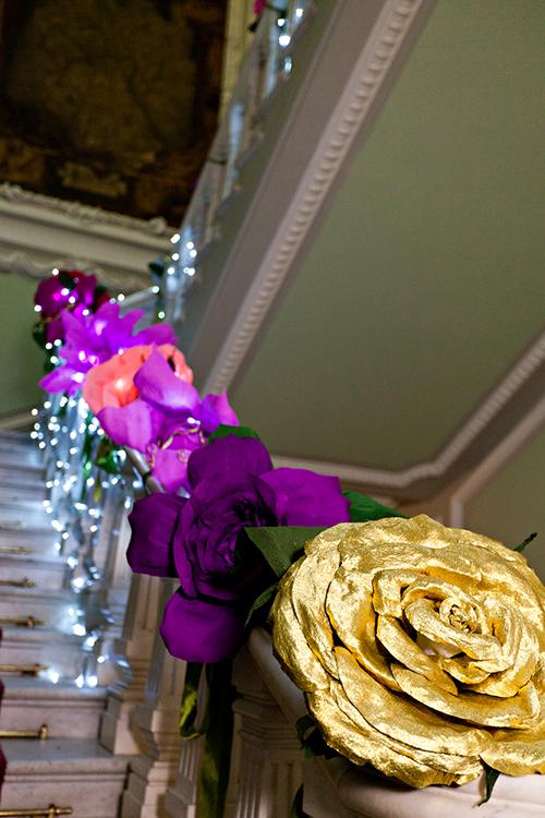 Лестница оформленная большими цветами из бумаги