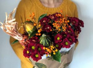Букет с хризантемой, тыквами и кукурузой.