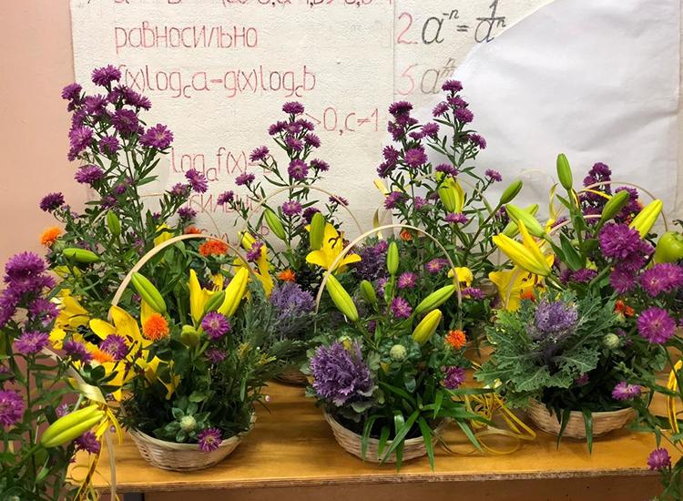Готовые композиции с лилией на День учителя.