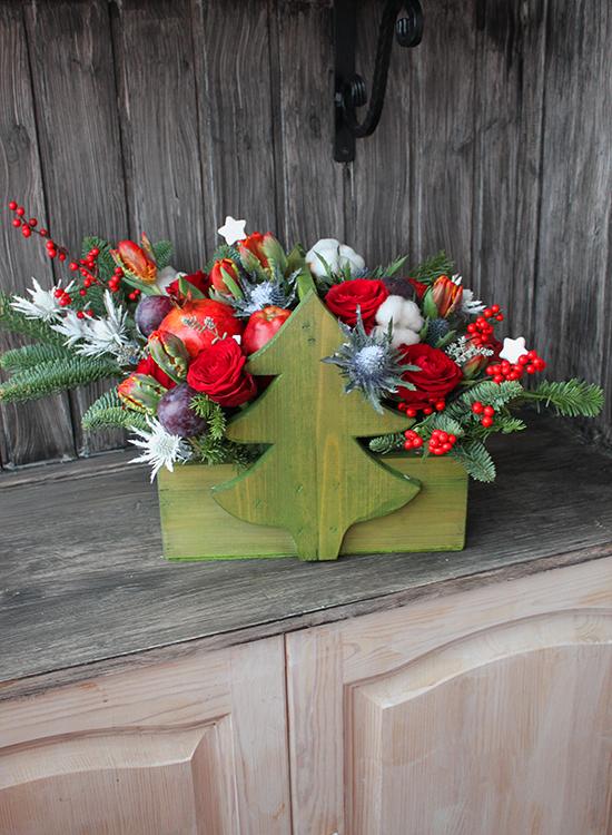 Новогодняя композиция в ящике-ёлке с цветами