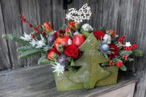 Новогодняя композиция с фруктами и цветами в ящичке