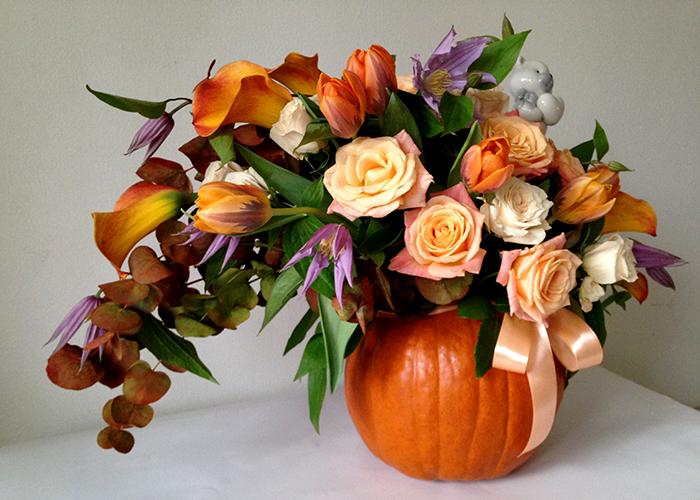Осенняя композиция в тыкве с каллами и розами