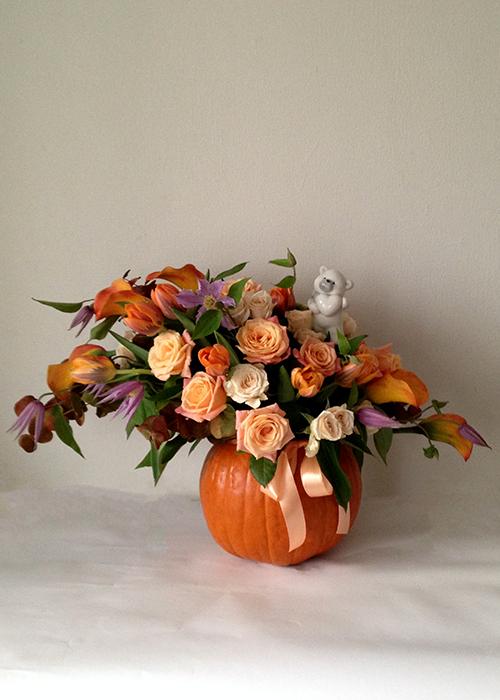 Осенняя композиция в тыкве с розами, тюльпанами и клематисами