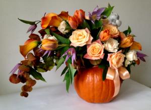 Осенняя композиция в тыкве с розами