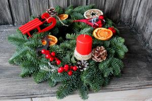 Рождественский венок из пихты с птичкой и красными санками