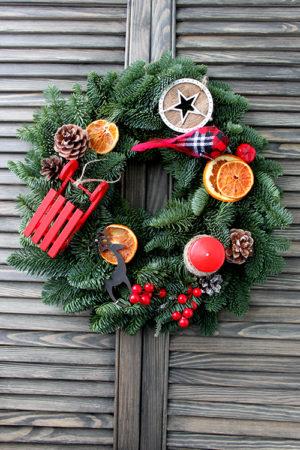 Рождественский венок из пихты с санками, свечой и птичкой